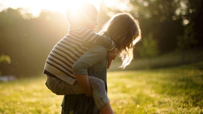 Bambini che passano più ore all'aperto e alla luce del Sole più calmi e meno iperattivi